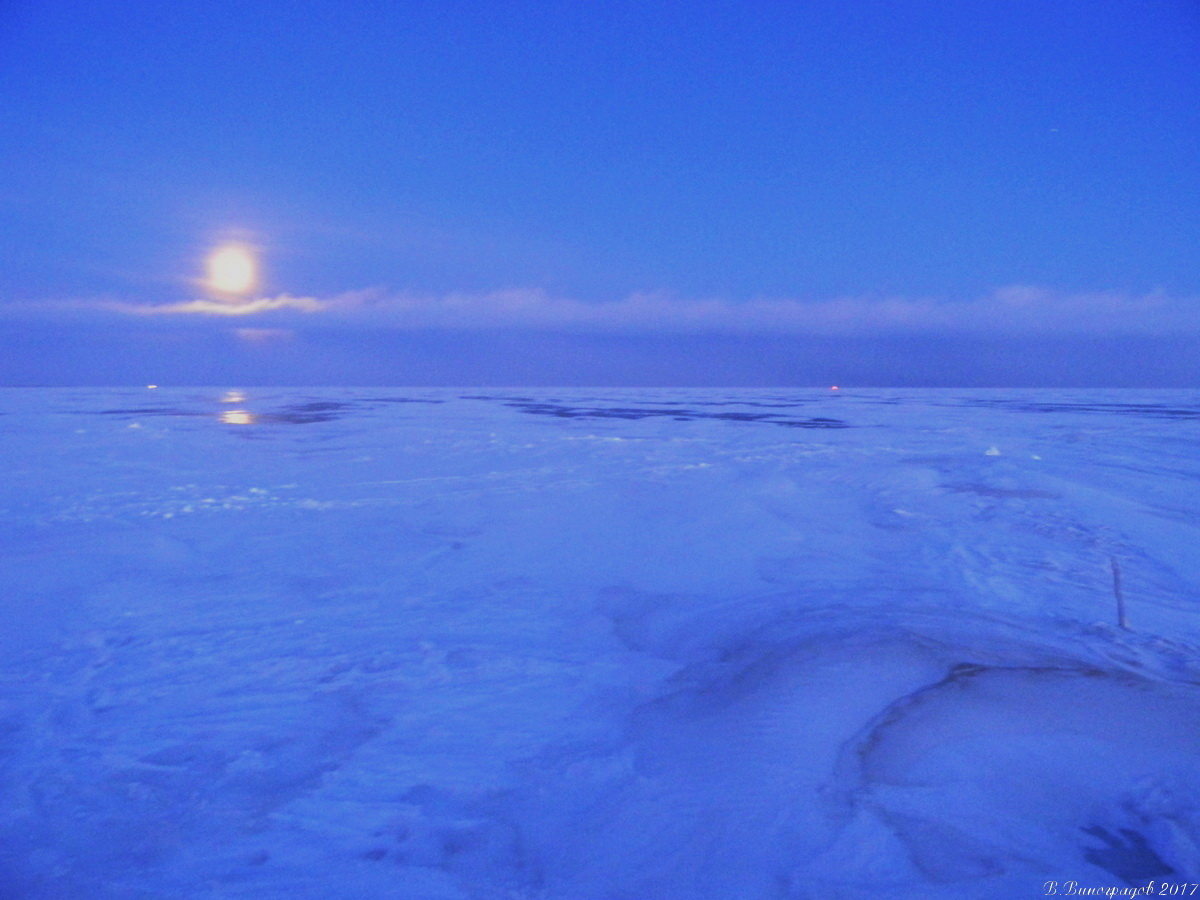 Луна над замерзшим Байкалом