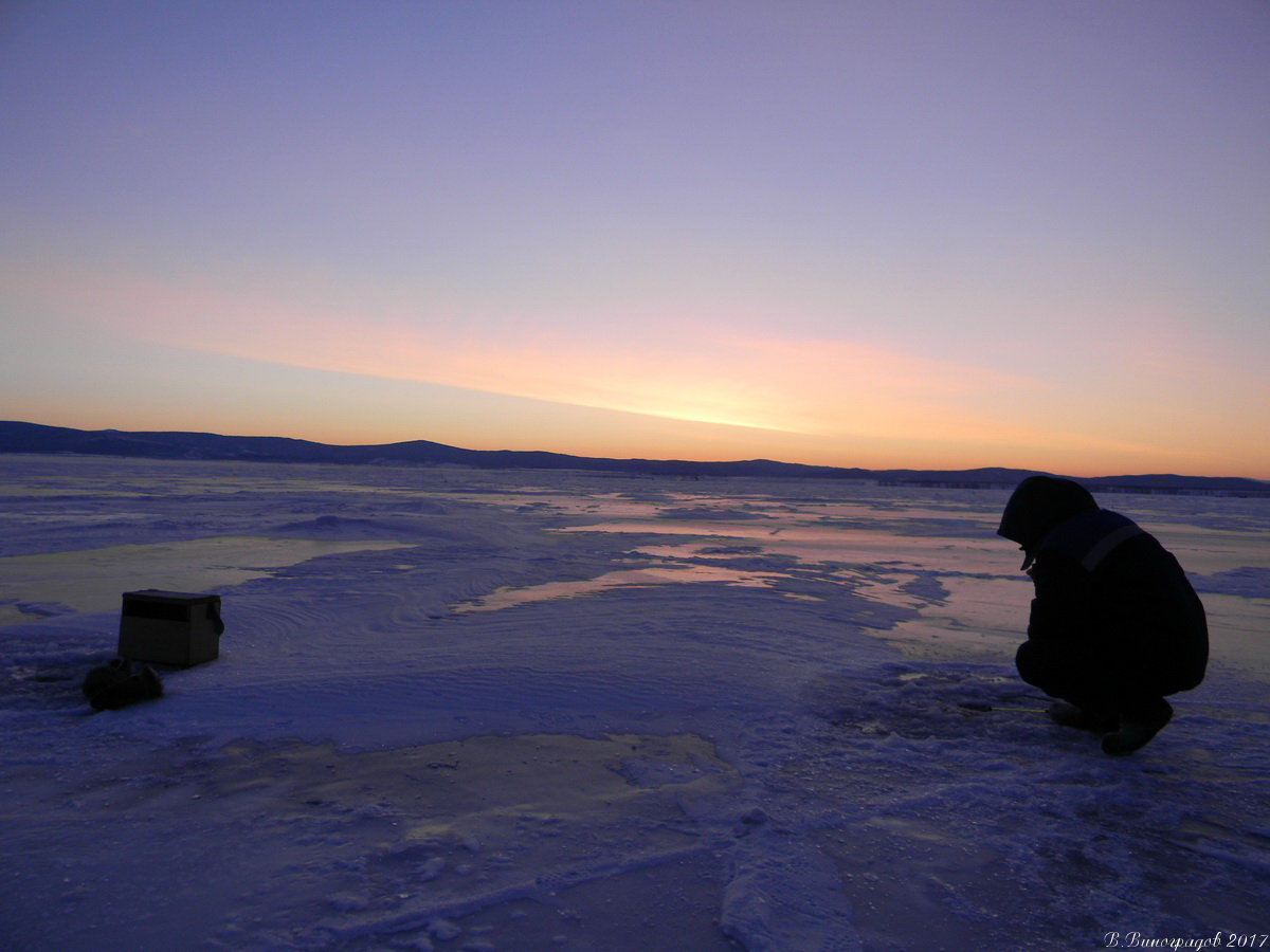 Рыбак на льду Байкала. Январь 2017