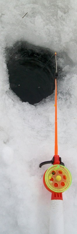 зимняя удочка на лунке