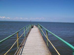 Байкальский прибой, пирс уходящий в даль