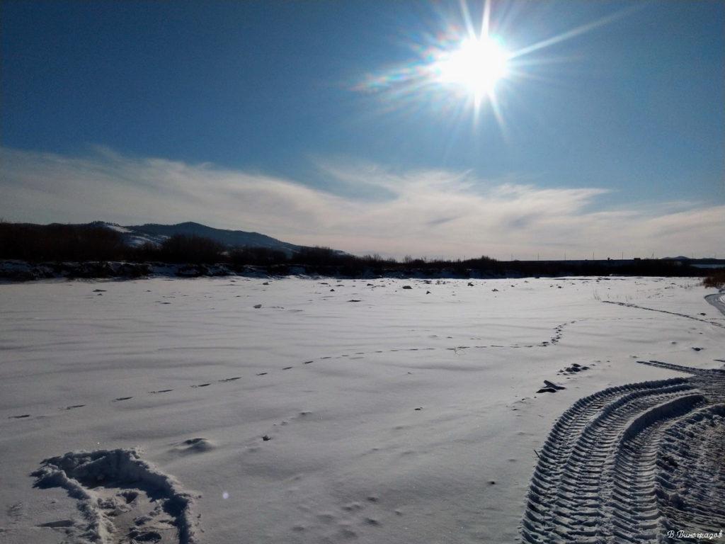 по замерзшей реке